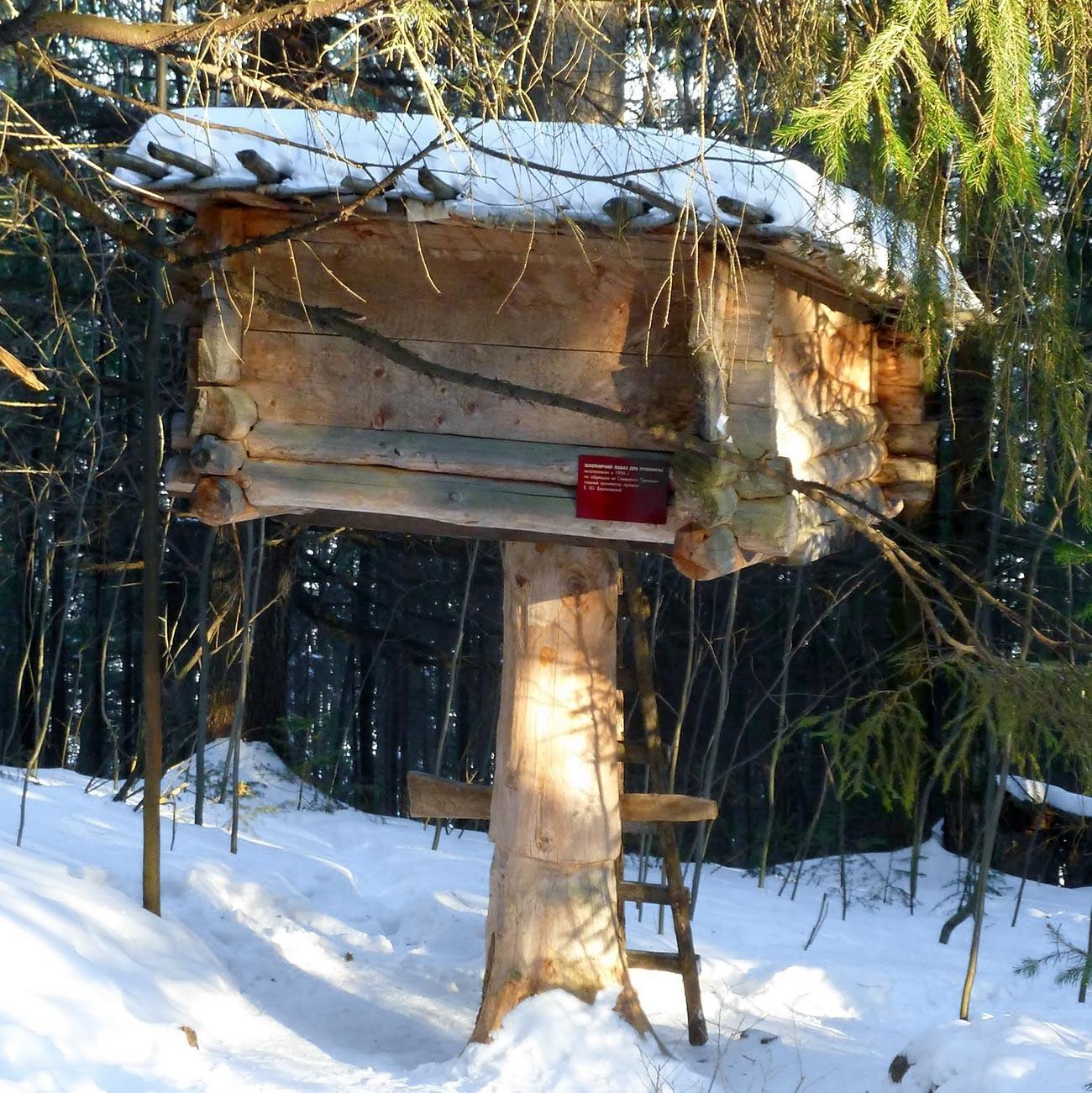 Ein Modell des Versteckes eines Jägerbaums.