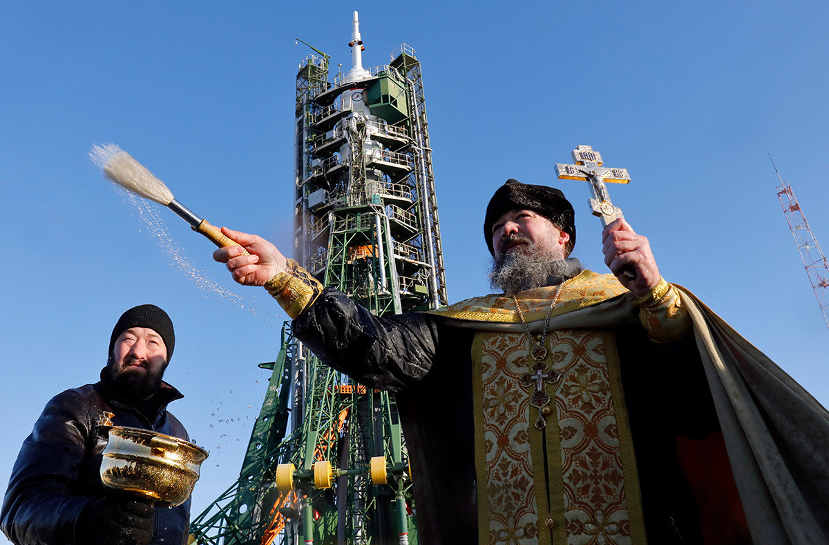 Ein orthodoxer Priester führt einen Segensdienst vor der Sojus-FG-Rakete im russischen gemieteten Kosmodrom Baikonur in Kasachstan durch.