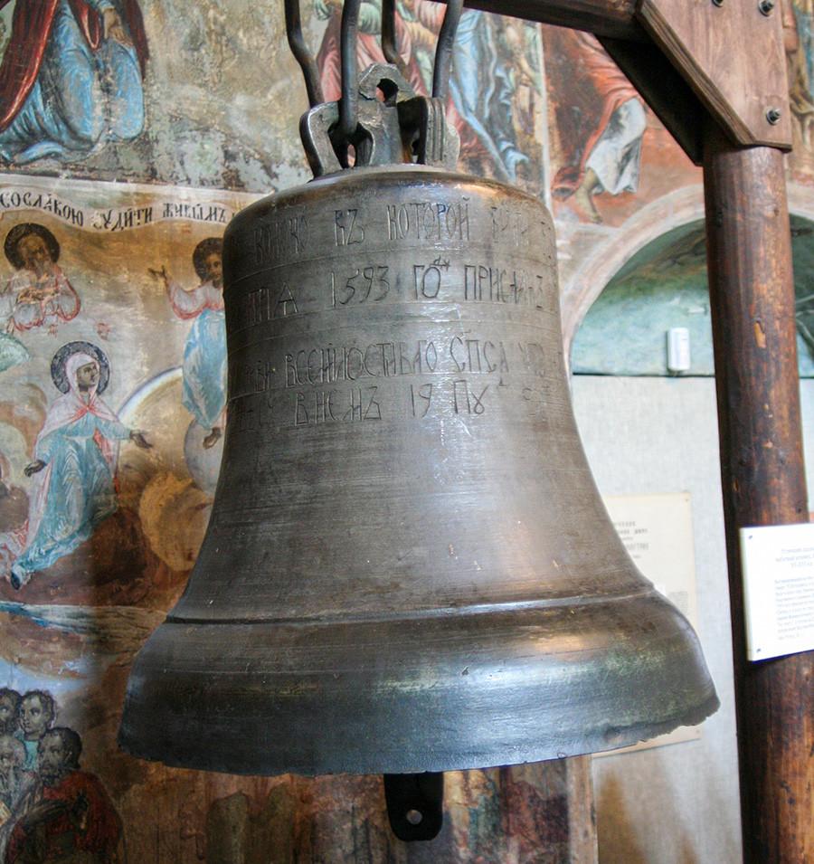 La cloche hissée dans l'église Prince-Dimitri-sur-le-Sang-Versé, au kremlin d'Ouglitch