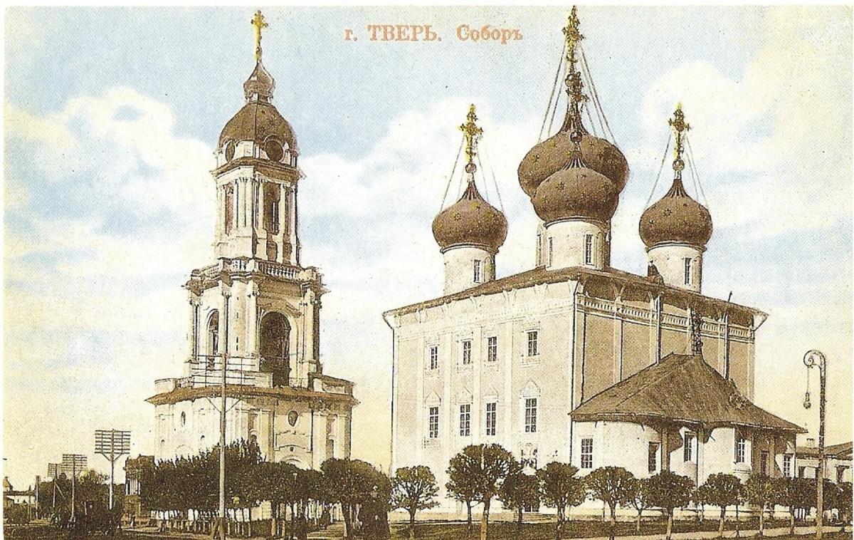 Cathédrale de la Transfiguration, à Tver, vers 1912. Elle sera détruite par les autorités soviétiques en 1935. Sa reconstruction est en cours depuis 2014.