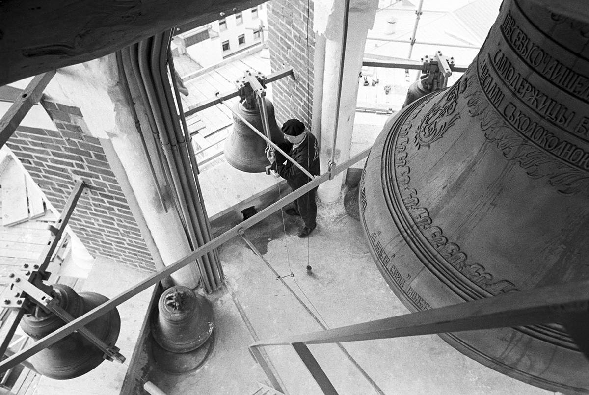 Lavori di ristrutturazione del campanile della Torre Spasskaja, Mosca, URSS