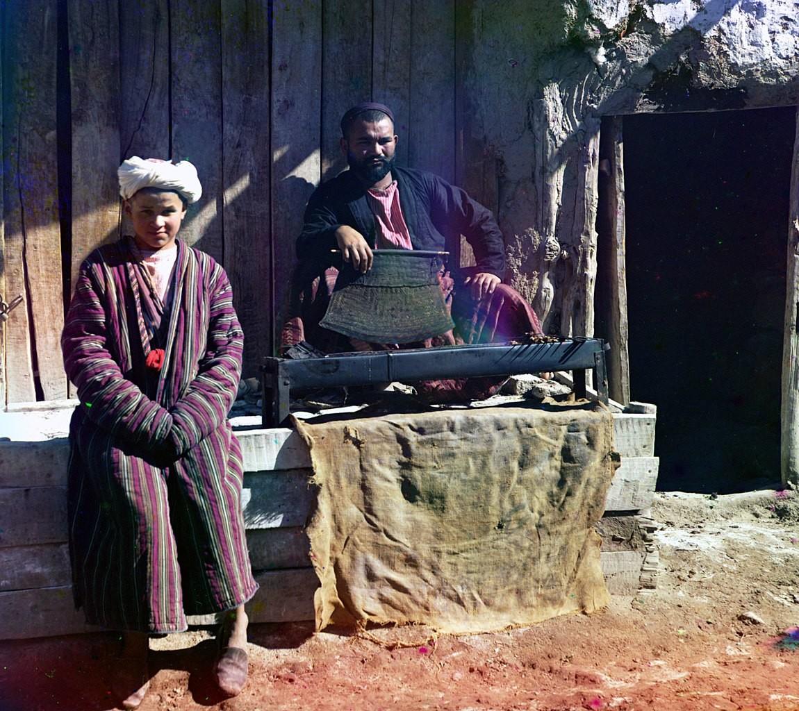 Zubereitung von Schaschlik in Samarkand, Russisches Reich.