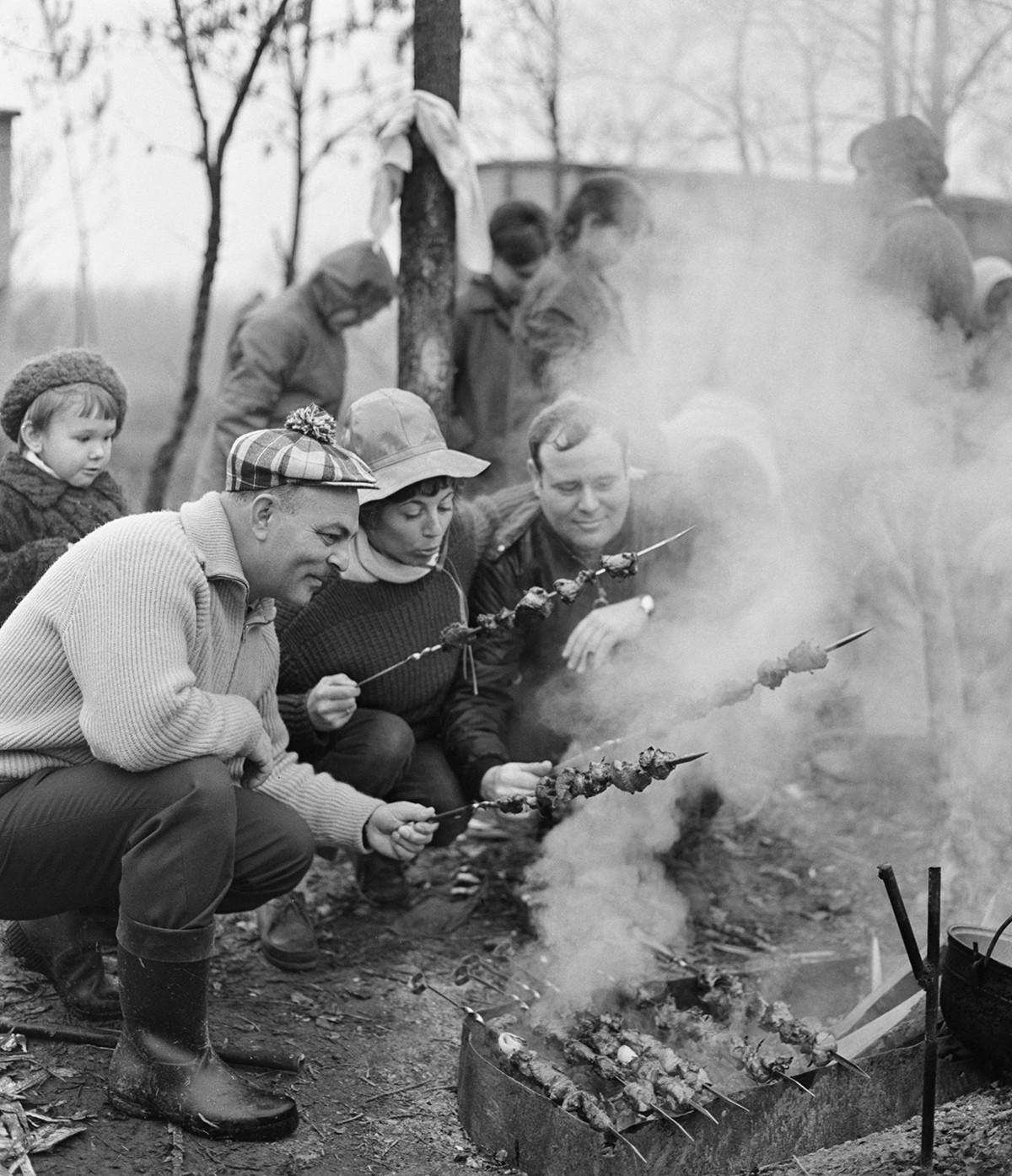 Grosny. Französische, deutsche und sowjetische Ingenieure grillen an ihrem freien Tag 1970 Fleisch.