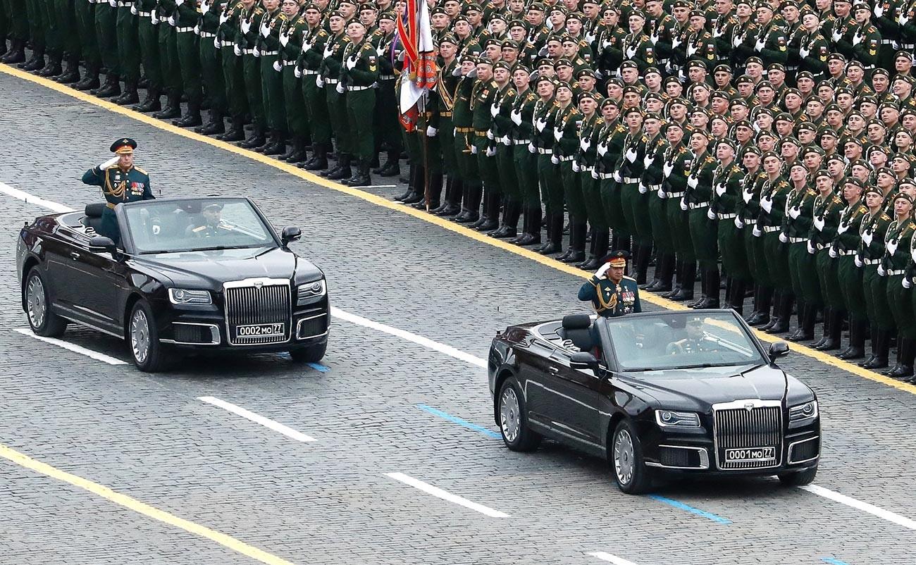 Ce que l'on appelle traditionnellement le « régiment présidentiel » inaugure la cérémonie en défilant devant les rangs de soldats, les officiers militaires, les invités d'honneur, ainsi que le président, Vladimir Poutine.