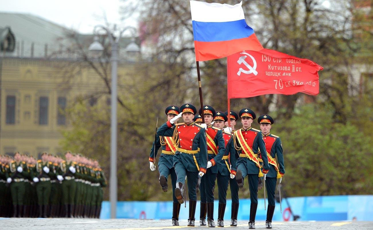 Plus de 12 500 militaires, accompagnés de 200 pièces d'armement, ont défilé dans le centre de Moscou et sur la place Rouge le 9 mai, alors que la Russie célébrait le 76e anniversaire de la fin de la Grande Guerre patriotique (nom donné en Russie au front de l'Est, ayant duré de 1941 à 1945).