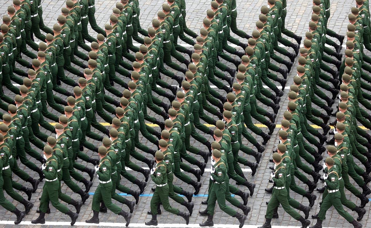 Ils sont suivis par des milliers de soldats terrestres en uniformes de parade contemporains, armés des derniers fusils d'assaut AK-12 de production nationale.