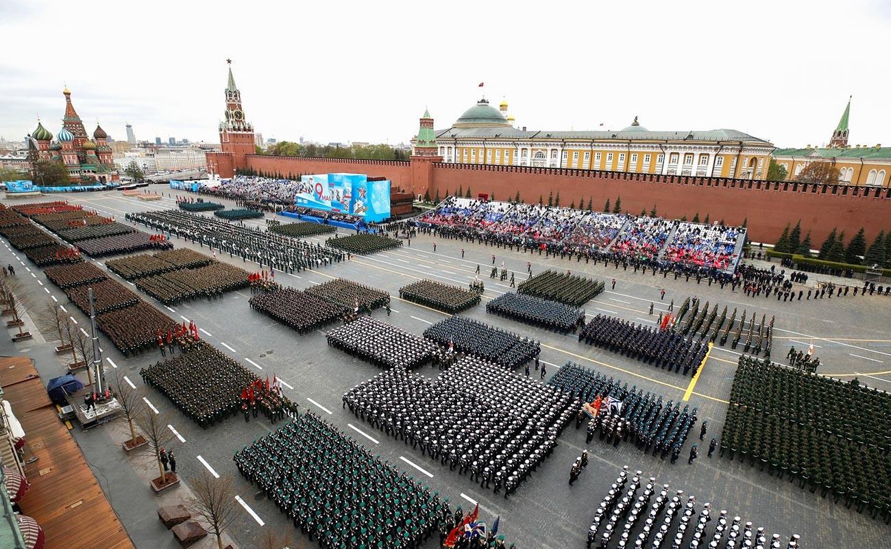 Prendre part aux défilés militaires à des dates symboliques est considéré comme un honneur parmi les militaires russes. Chaque soldat qui défile sur la place Rouge à une telle occasion reçoit une médaille, une semaine de vacances supplémentaire, et même une prime.