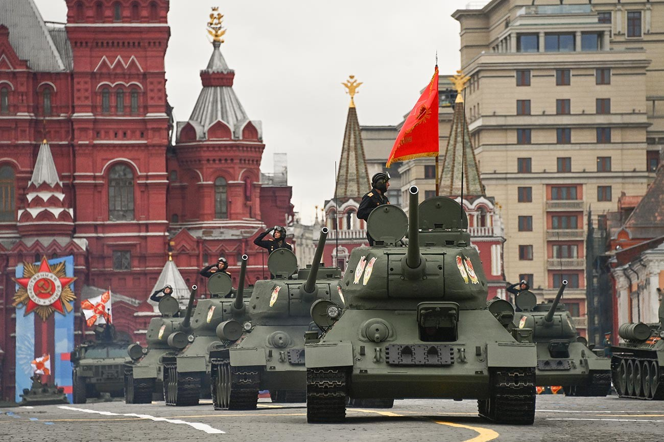 Le T-34, char légendaire qui a renversé le cours de la Seconde Guerre mondiale, ouvre traditionnellement le défilé. Ces machines de combat rétro entièrement opérationnelles peuvent être vues (et vous pouvez même faire un tour à leur bord) au parc Patriote, dans la région de Moscou.