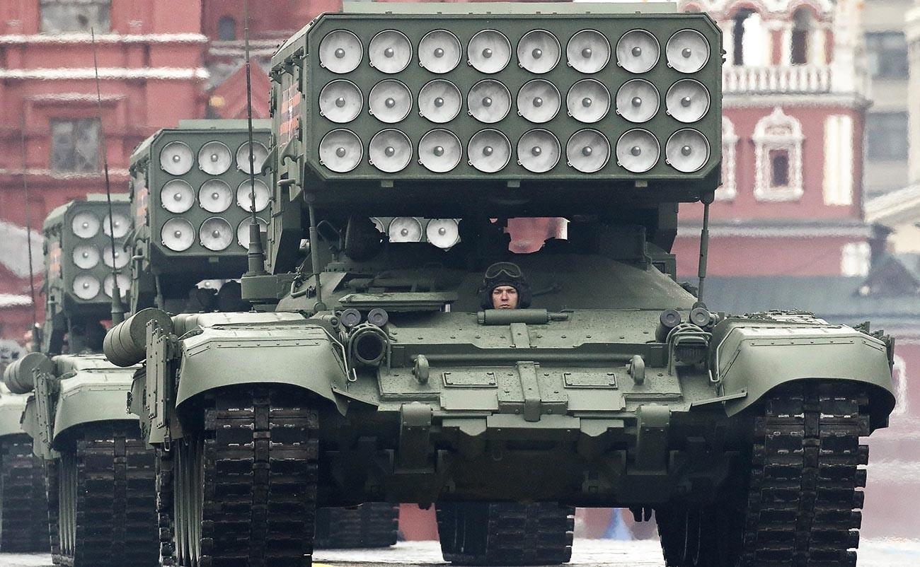 Le dernier lance-roquettes multiple TOS-2 Tossotchka. Cette arme tire des projectiles thermobariques utilisant l'oxygène ambiant pour générer une explosion à haute température. Ils sont conçus pour détruire des bâtiments, ainsi que pour mettre hors d'état de nuire des véhicules légèrement blindés.