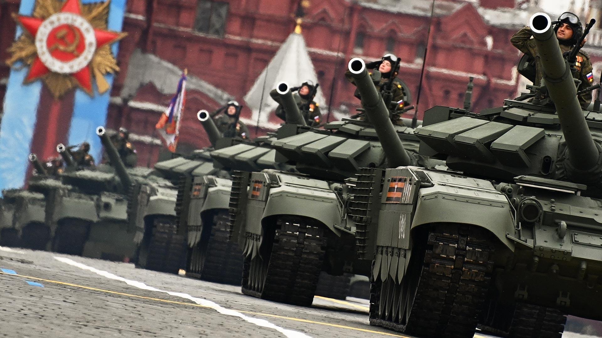 La dernière modification russe des chars T-72B3 avec blindage réactif explosif Relikt, ce qui la rend comparable au char T-14 Armata de nouvelle génération. Le pays démontre ainsi que la « peau » du vieux monstre soviétique est devenue plus épaisse et peut résister aux armes modernes.
