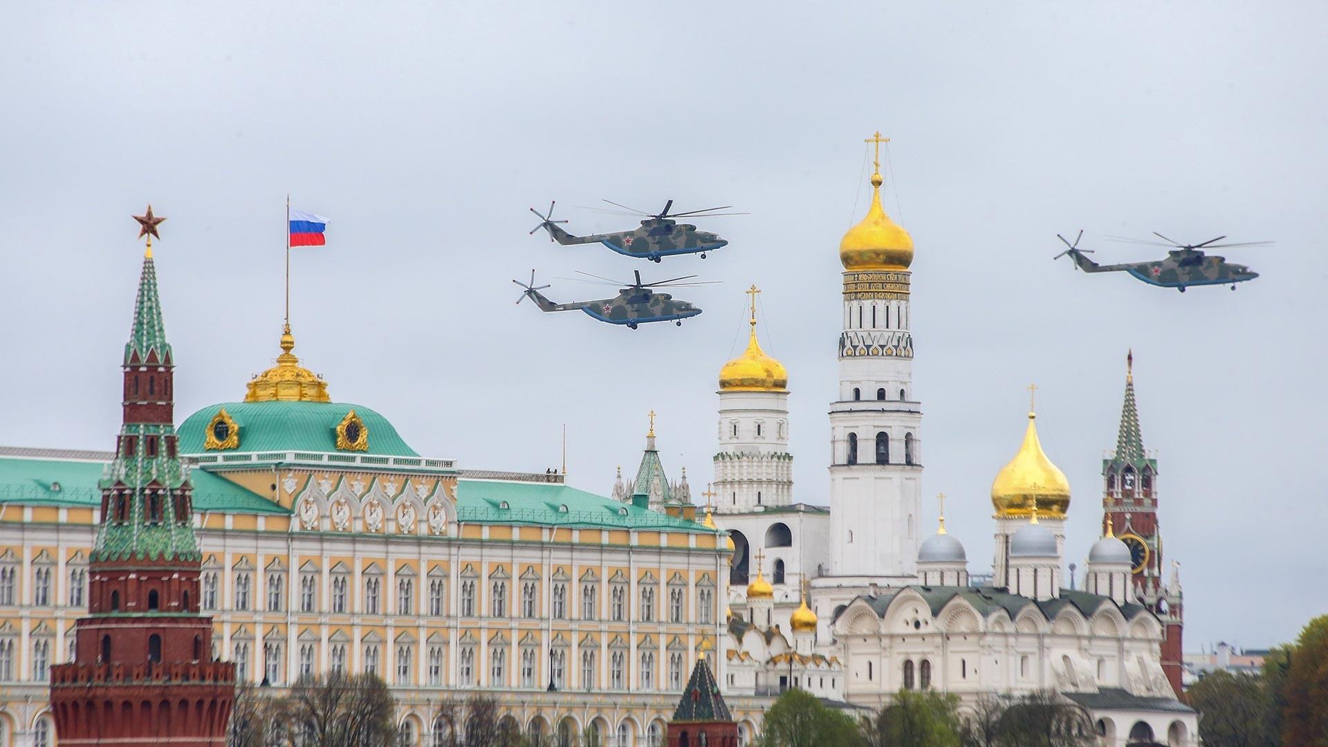 Des hélicoptères de transport lourds russes Mi-26 survolant la place Rouge. Ces oiseaux de fer sont utilisés par des opérateurs militaires et civils, et s'avèrent les hélicoptères les plus grands et les plus puissants à avoir été produits en série.