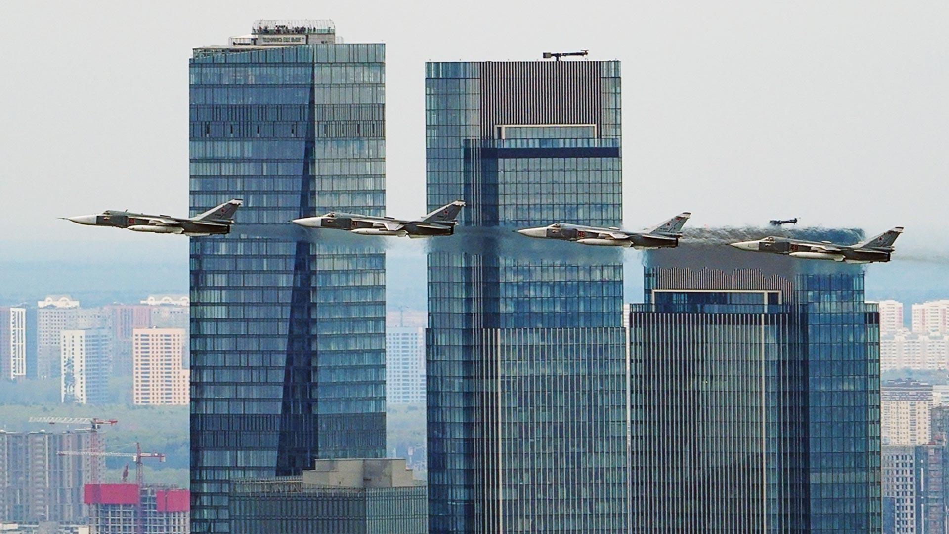 Le bombardier Su-24 est un avion d'attaque supersonique, capable d'opérer par tous les temps, développé en Union soviétique. Il est doté d'une aile à géométrie variable, de deux moteurs et de deux sièges côte à côte pour son équipage.