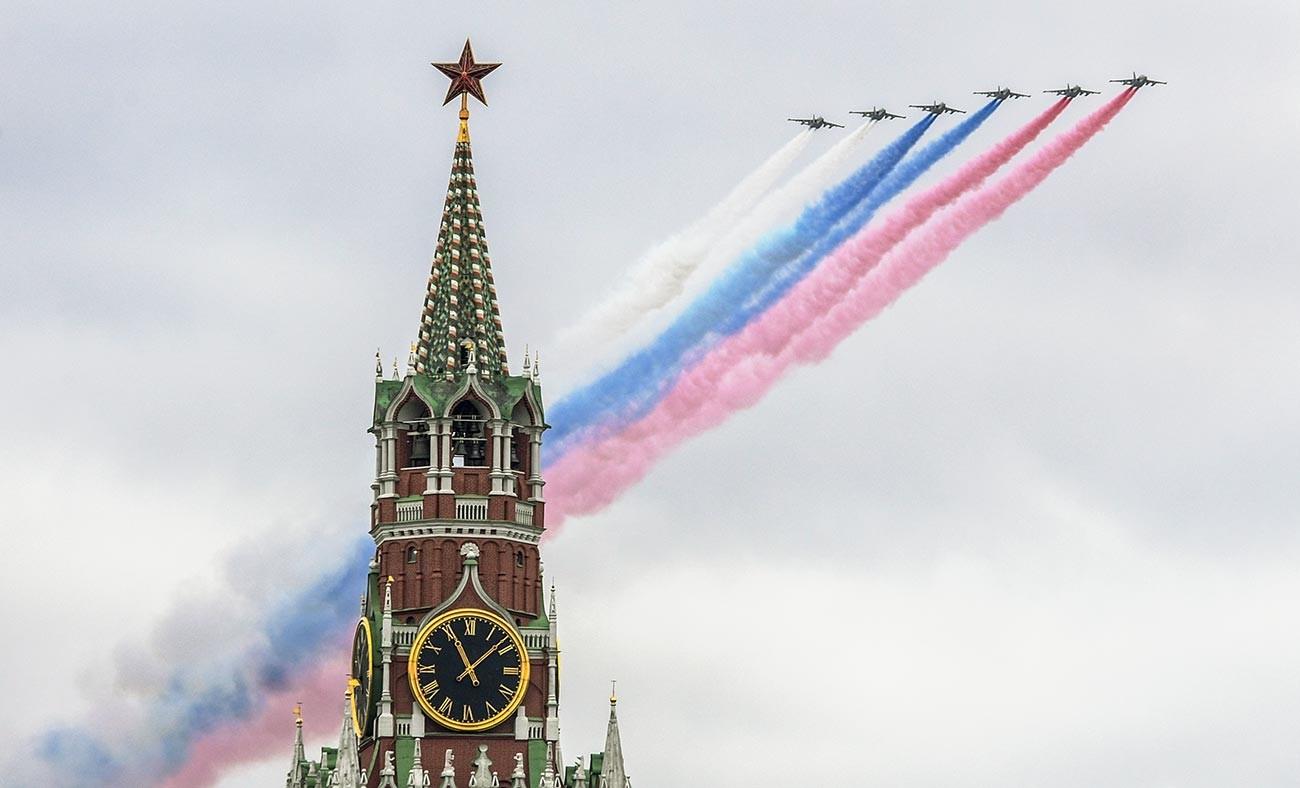 L'équipe de voltige aérienne des Preux russes dessine traditionnellement le tricolore russe dans le ciel moscovite pour symboliser la clôture du défilé militaire.
