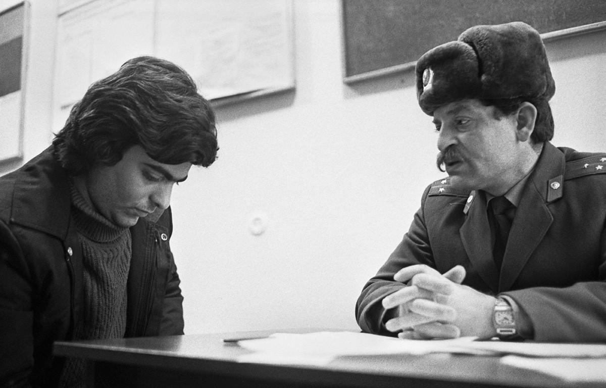 L'ispettore di polizia Georgij Bottsa (a destra) parla con Leonid Boiangiu in un centro di disintossicazione medica a Kishinev. 31 dicembre 1987, Repubblica Socialista Sovietica Moldava, URSS