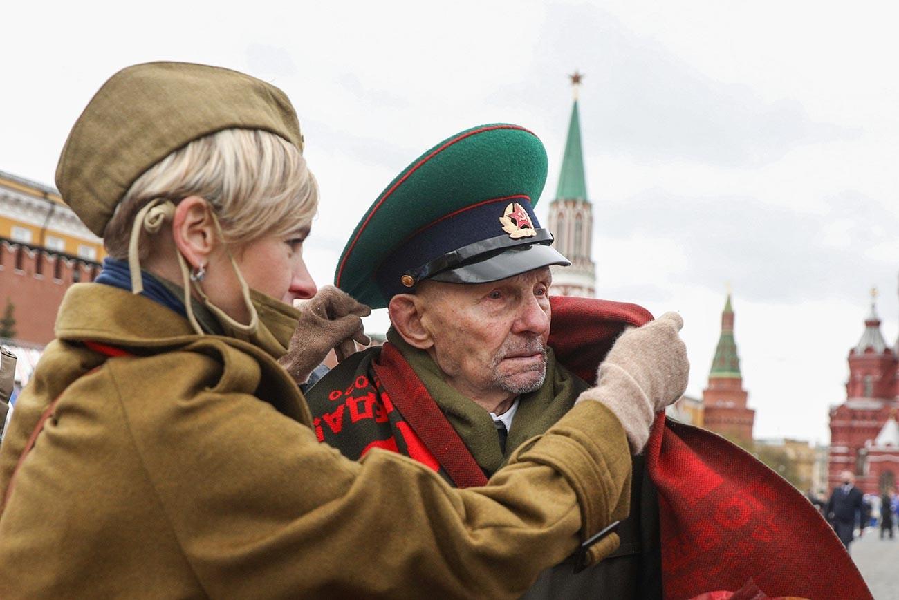 大祖国戦争戦勝76周年を記念して赤の広場で行われた軍事パレードに参加した退役軍人