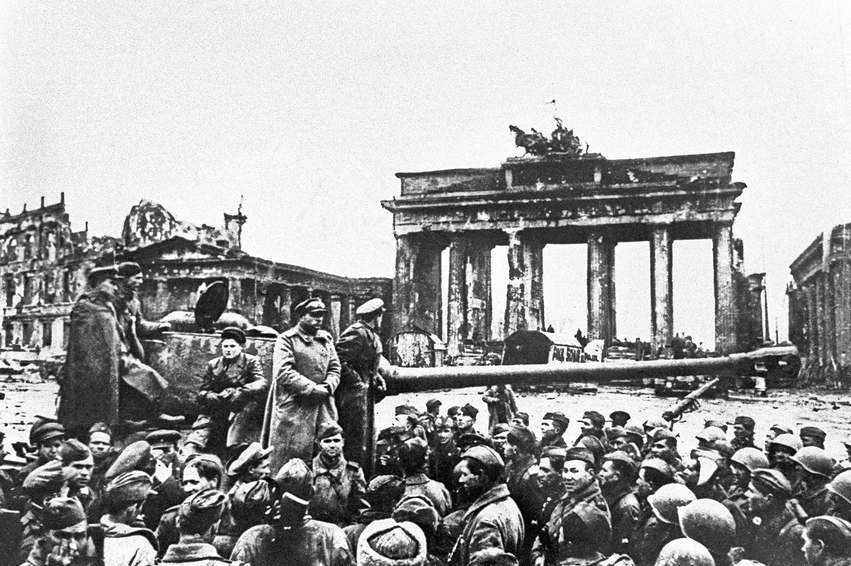 Евгениј Халдеј/ТАСС/Германија, Берлин, 2 мај 1945 година. Борците на Црвената армија пред Бранденбуршката порта по падот на Берлин во рацете на советските единици.