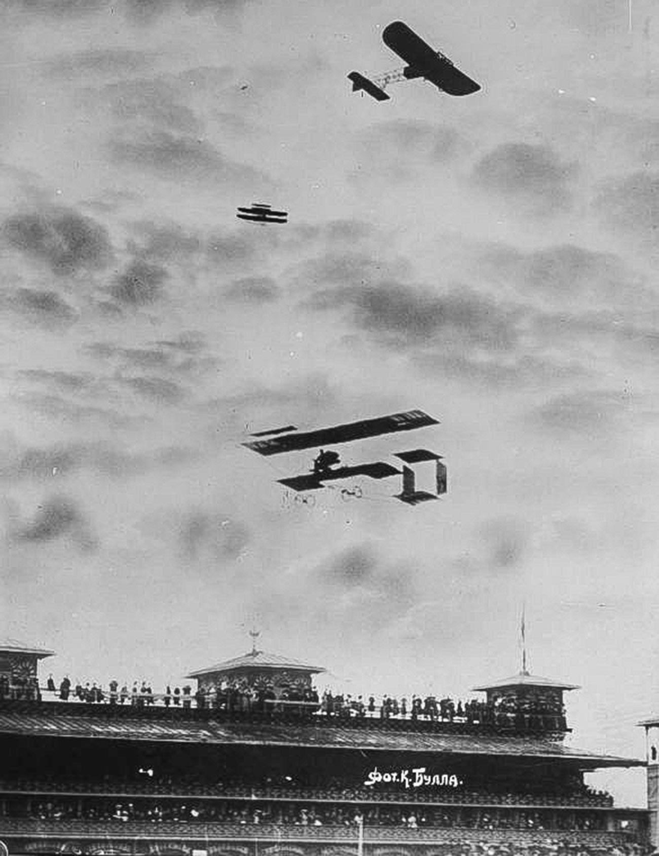 Članovi aerokluba promatraju let aviona