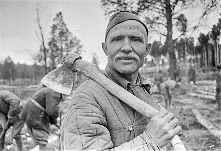 Un ouvrier construisant une traversée de rivière