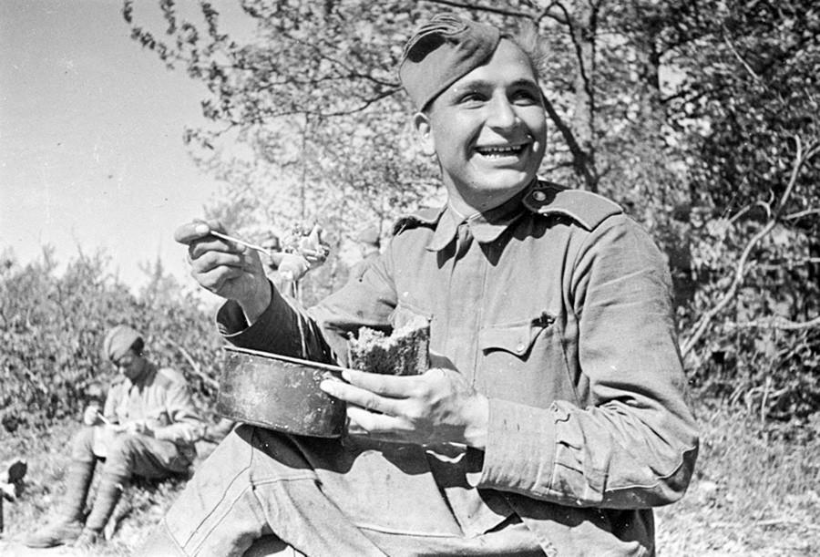 Un soldat savourant son déjeuner en première ligne