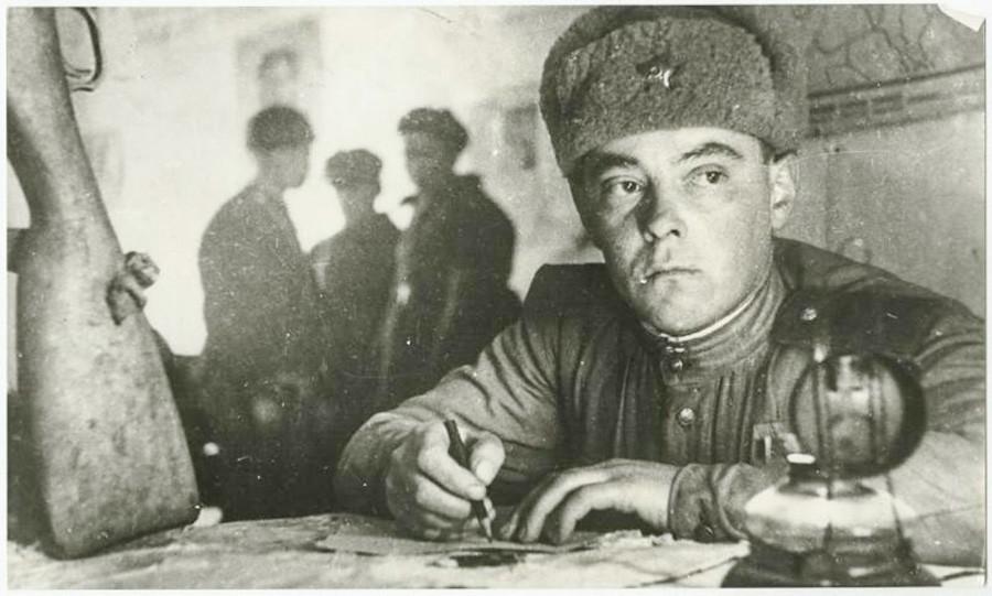 Un soldat écrivant une lettre à destination des siens