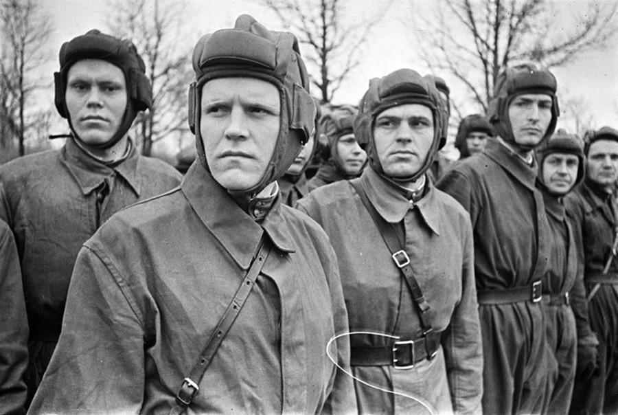 Des pilotes de char au garde-à-vous