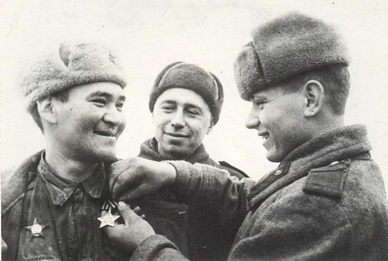 Un soldat soviétique recevant une récompense