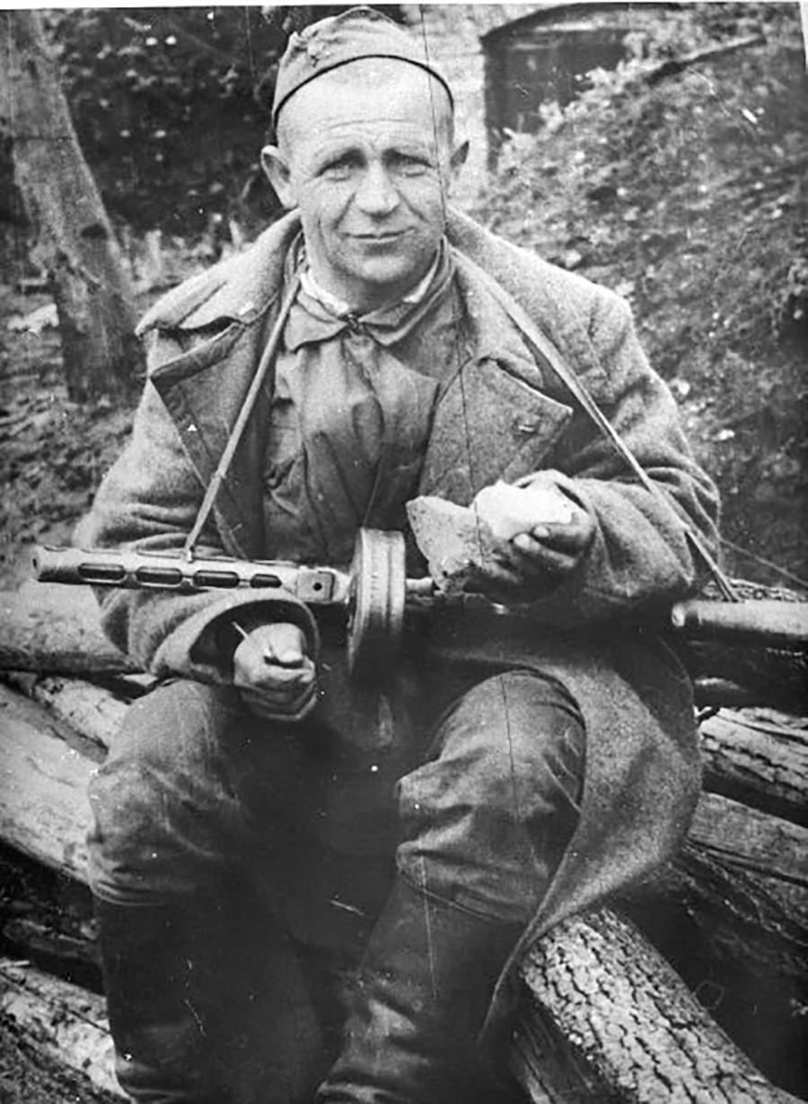 Un soldat soviétique, qui a combattu pendant la Seconde Guerre mondiale de Stalingrad à Prague, lors d'un repas