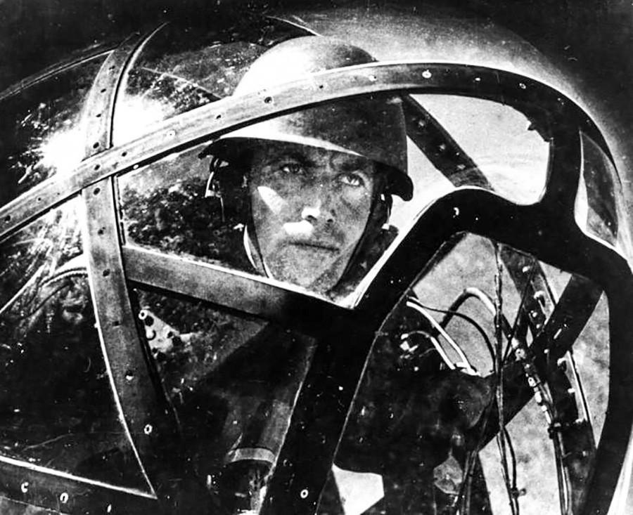 Un soldat soviétique se prépare à l'attaque