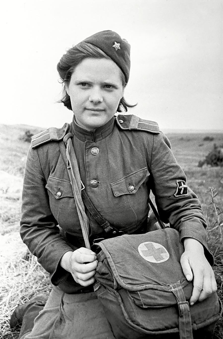 Une médecin instructrice soviétique posant dans un champ