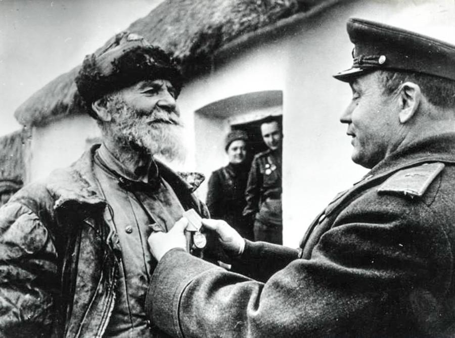 Un patriote civil recevant une médaille