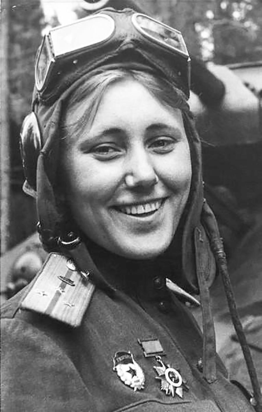 Une commandante de peloton de chars T-34, participante de la bataille de Koursk, sourit face à l'objetif