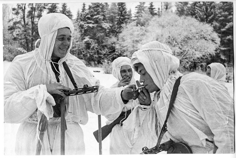 Des soldats soviétiques spécialisés pour le combat en zone montagneuse ayant une pause cigarette après une longue randonnée
