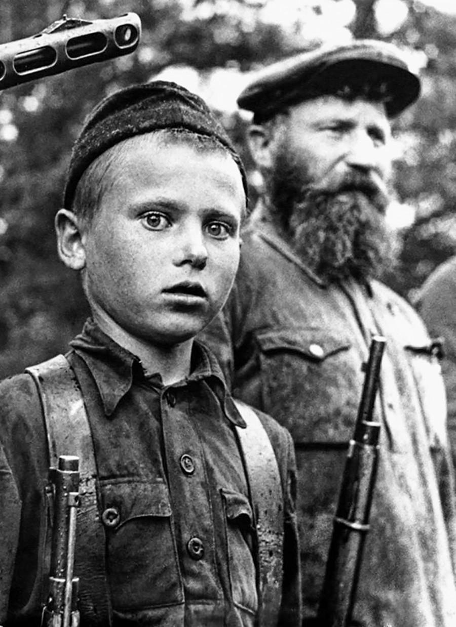 Un jeune partisan avec son père