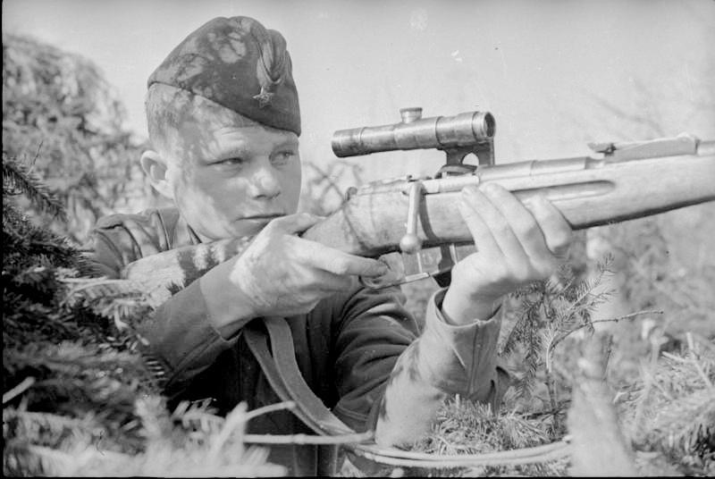 Vladimir Sokolov, héros de guerre, posant avec un fusil