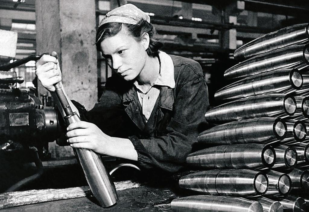 Une ouvrière soviétique prépare des munitions pour le front