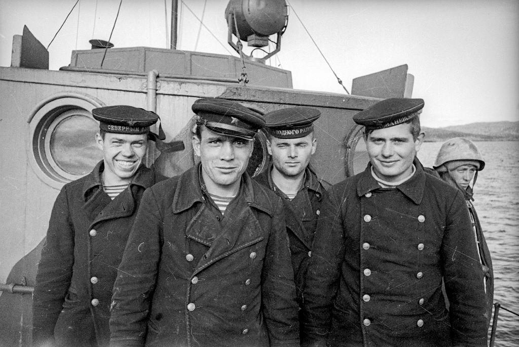 Des marins soviétiques posant sur leur bateau