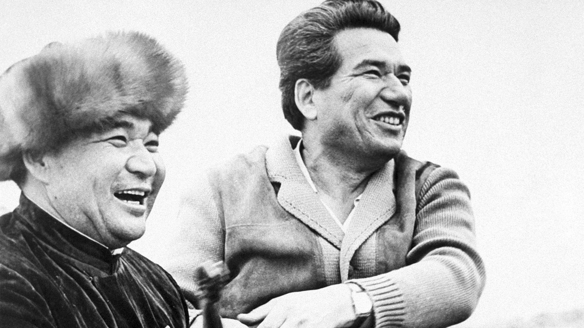 Tchinguiz Aitmatov (dir.) com um morador local no Quirguistão, 1973.