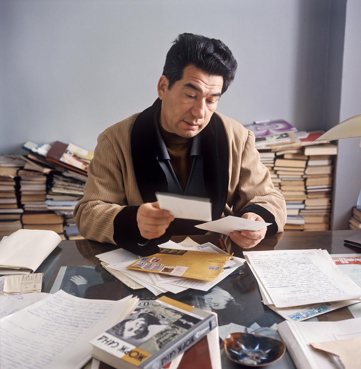 O escritor Tchinguiz Aitmatov, 1972.