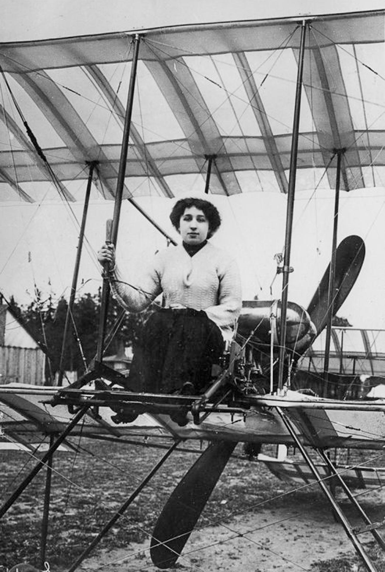 Primera piloto rusa Lidia Zvéreva en el avión Farman-4