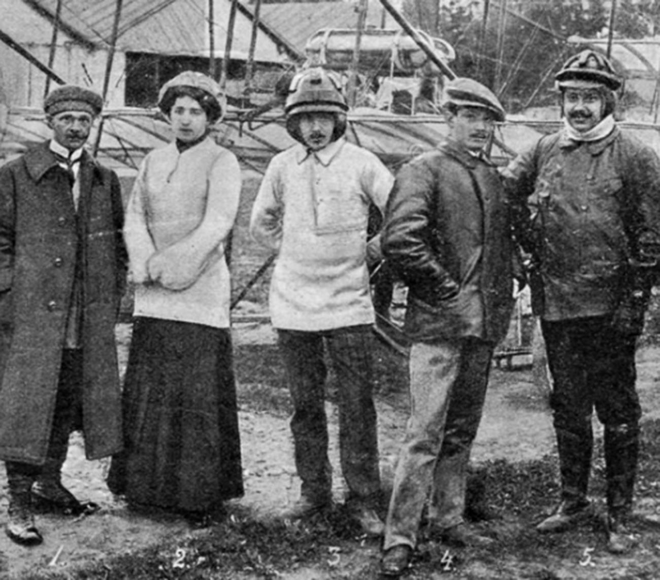 Lidia Zvéreva con cadetes e instructores de la escuela de vuelo Gamayún en un aeródromo de Gátchina. 1910.