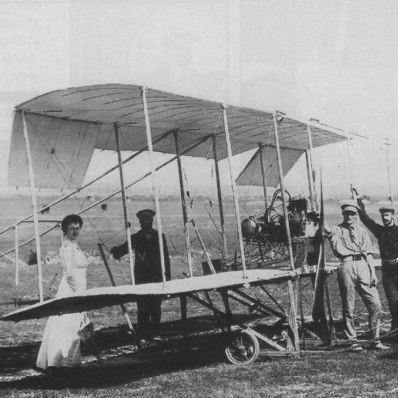 Lyiia Zvéreva al lado del primer avión ruso Kudáshev-1