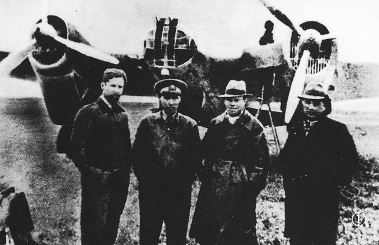 Совјетски пилоти на аеродрому Ханкоу. Слева надесно: Б. Б. Камоњин, кинески пилот, А. А. Лебедев и преводилац.