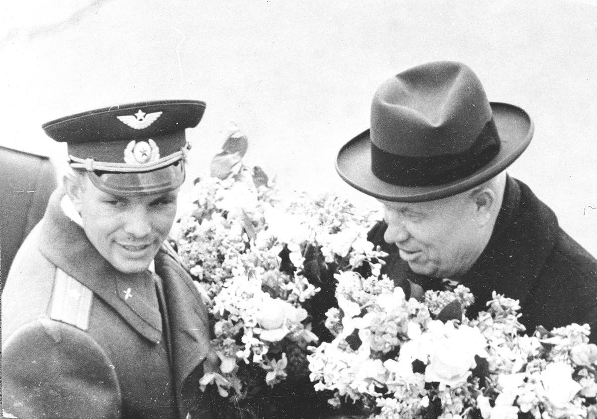 Iúri Gagárin e Nikita Khruschóv no aeroporto de Vnúkovo durante recepção em Moscou após o voo pioneiro do primeiro, em 14 de abril de 1961.