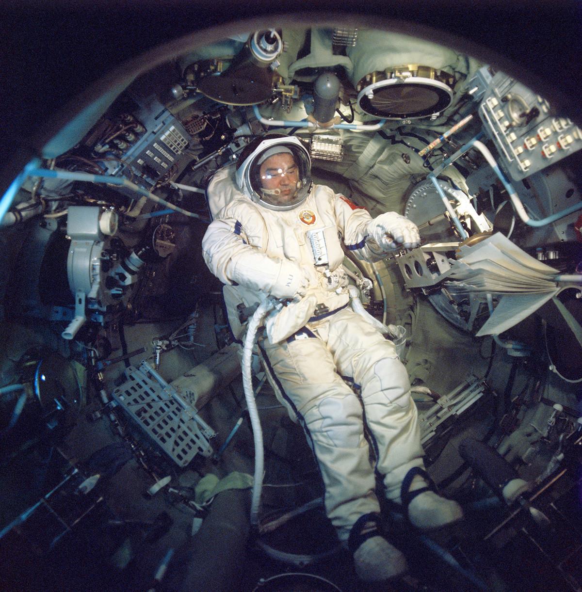 """O cosmonauta soviético Gueórgui Grétchko a bordo do complexo espacial """"Soiuz-26"""" – """"Saliut-6"""", 1978."""
