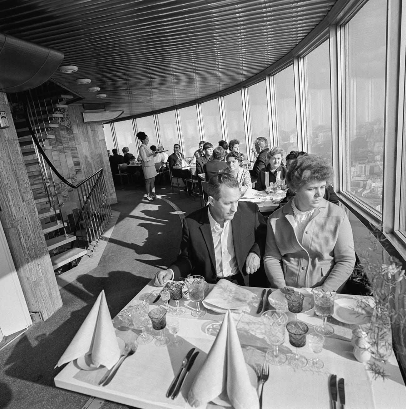 Посетители во вращающемся ресторане