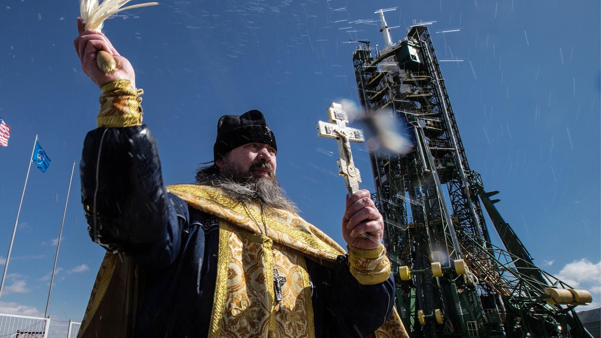 Un prêtre orthodoxe bénit une fusée Soyouz au cosmodrome russe de Baïkonour, Kazakhstan