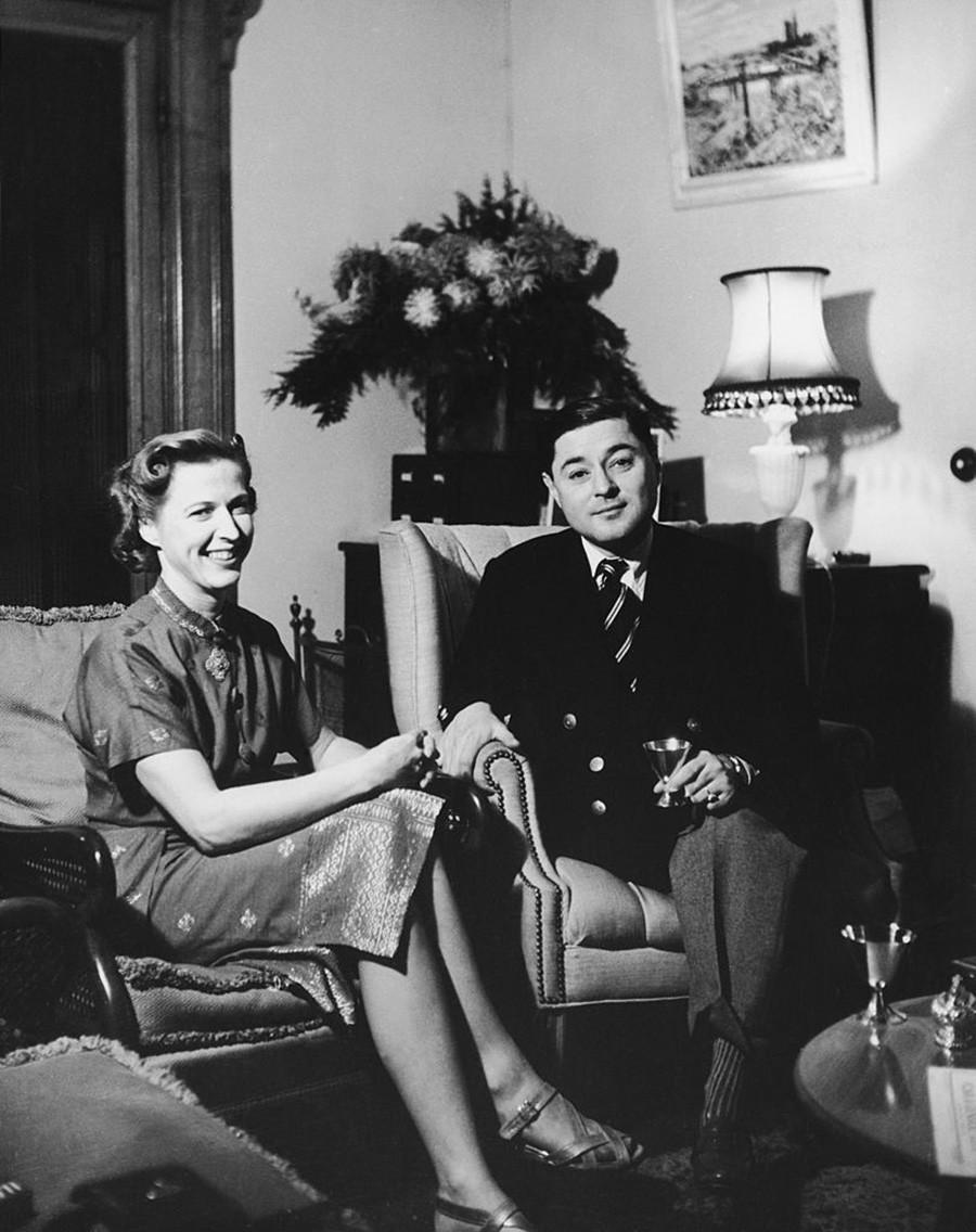 Prinz Chula mit seiner Frau Elizabeth in ihrem Haus in Cornwall, circa 1952.