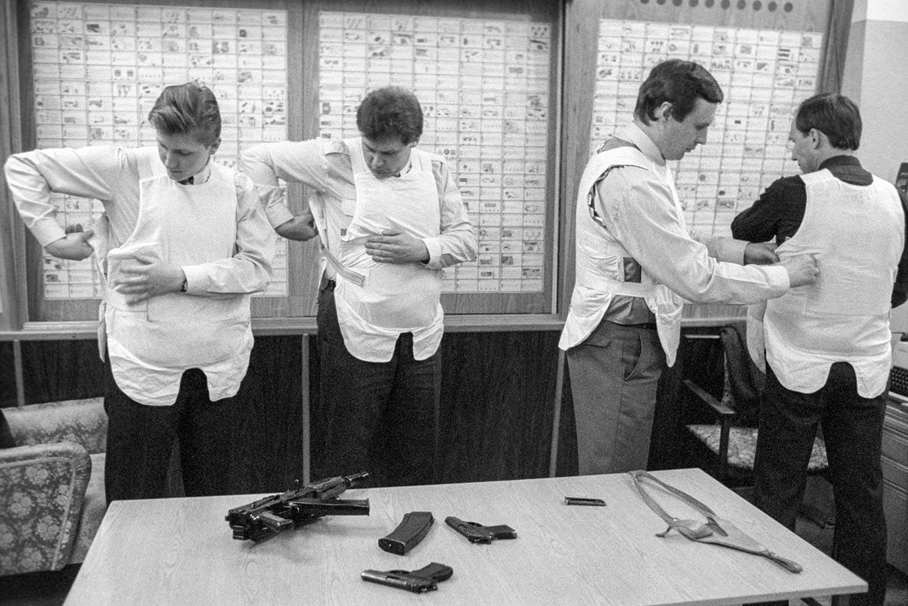 Empleados del servicio de seguridad del KGB de la URSS preparándose para el servicio