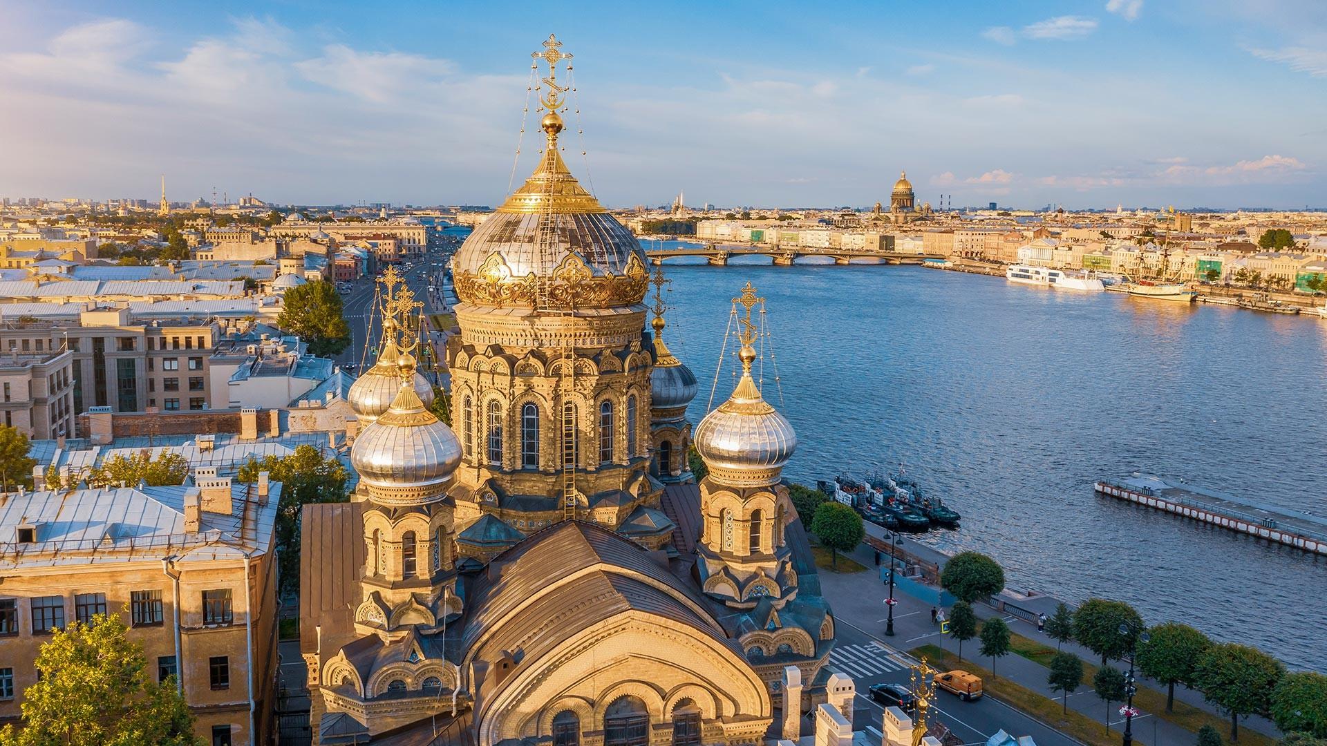 De Maria-Hemelvaartkerk aan de oever van de rivier de Neva