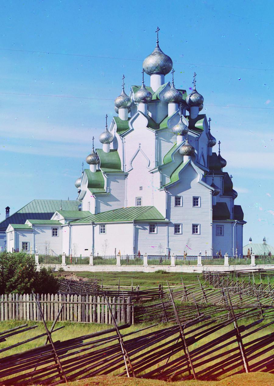 Aldea de Anjimovo en el río Vitegra. Iglesia de la Intercesión (con revestimiento de tablas del siglo XIX). Vista suroeste. Verano de 1909